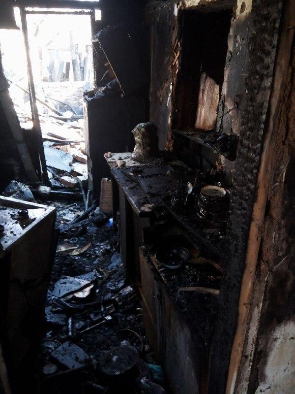 Опубликованы фото пожара в Горловке, который уничтожил дом многодетной семье, фото-3